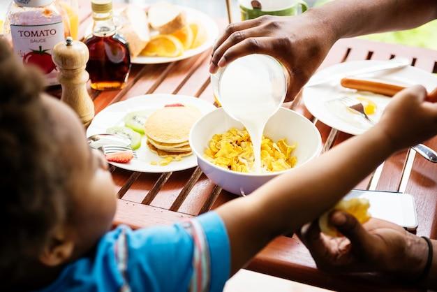 흑인 가족 함께 아침을 먹고