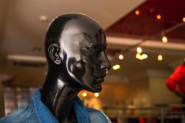 Черная модная голова манекена в магазине. копировать пространство