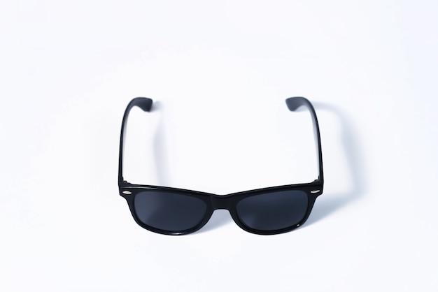 白い背景の上の黒いファッションサングラス