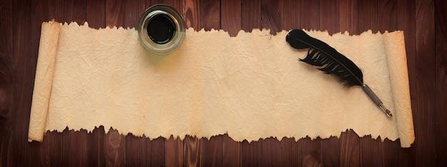 ヴィンテージ紙、パノラマの背景に黒い羽とインクスタンド