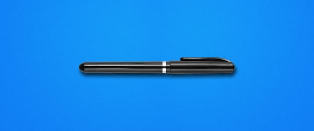 青いバナーの背景に分離された黒いフェルトペン