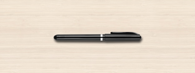 白い木の表面に分離された黒いフェルトペン