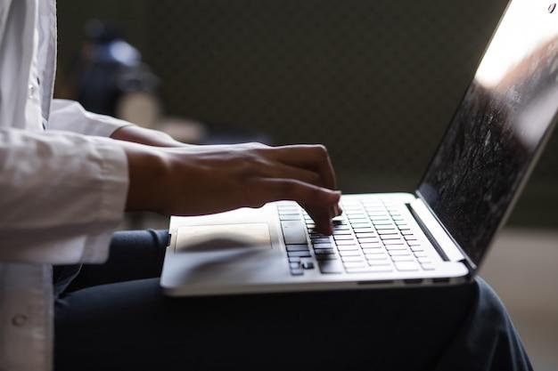 Черная женщина-врач телемедицина использует компьютерные и телекоммуникационные технологии для исключ ...