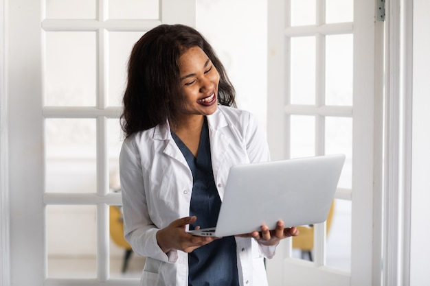 黒人女性医師が医療情報を交換するためのコンピューターと電気通信技術の使用を遠隔医療する高品質のk映像