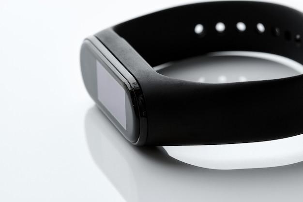 흰색 바탕에 검은색 피트니스 시계 또는 활동 추적기