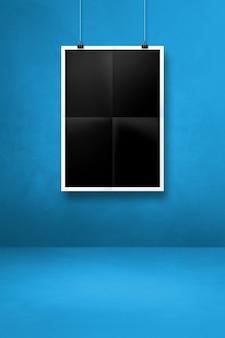 클립과 파란색 벽에 걸려 검은 접힌 된 포스터. 빈 모형 템플릿