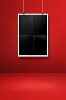 클립과 붉은 벽에 걸려 검은 접힌 된 포스터. 빈 모형 템플릿