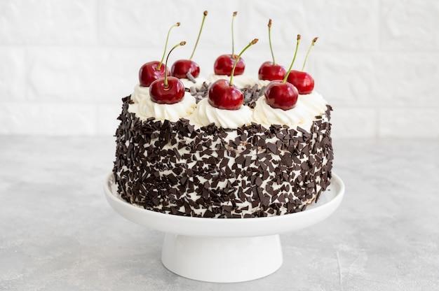 黒い森のケーキシュヴァルツヴァルトのパイケーキ、ダークチョコレートのホイップクリームとチェリー