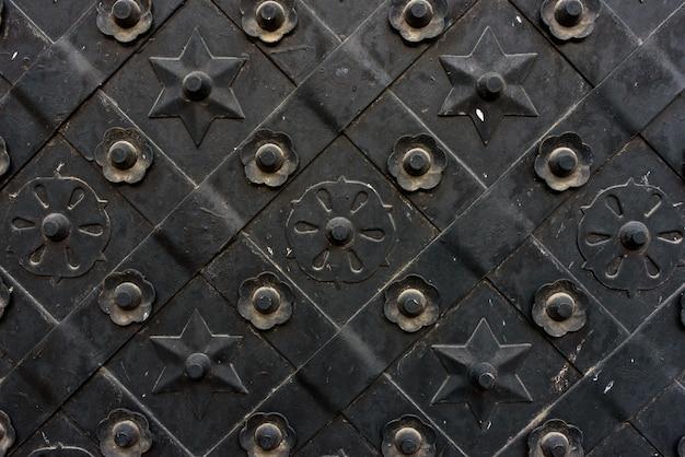 검은 단조 문, 마름모 대칭 텍스처. 그런 지 검은 배경