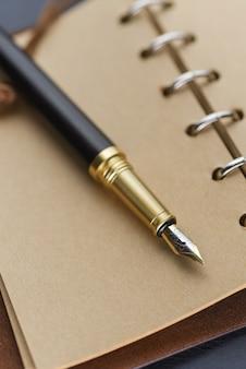 イエローページのノートに黒い万年筆。