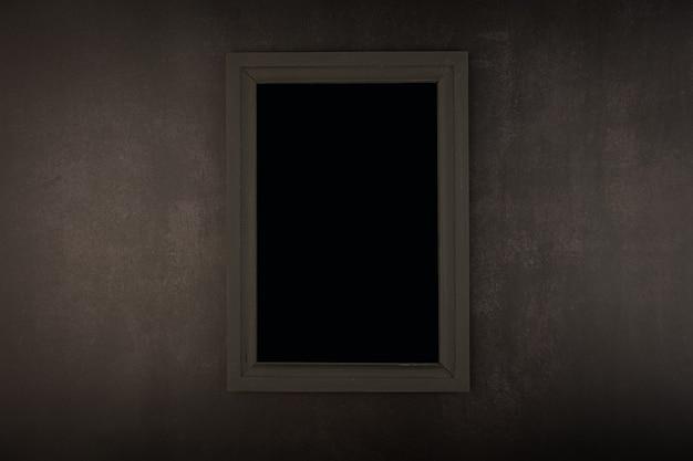 회색 콘크리트 배경에 검은색 프레임