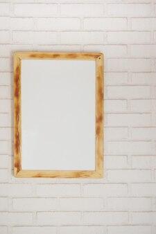 흰색 벽에 테이블에 검정 프레임 모형
