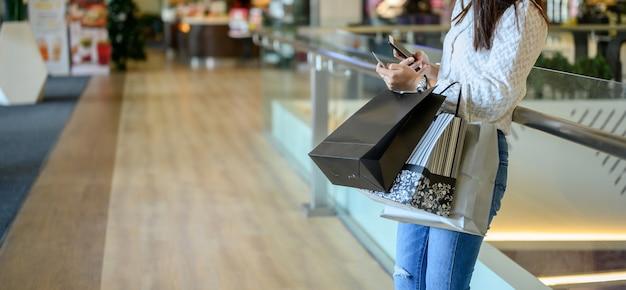 블랙프라이데이와 박싱데이. 혼자 새 옷을 쇼핑하고 휴일에 휴식을 취하는 여성