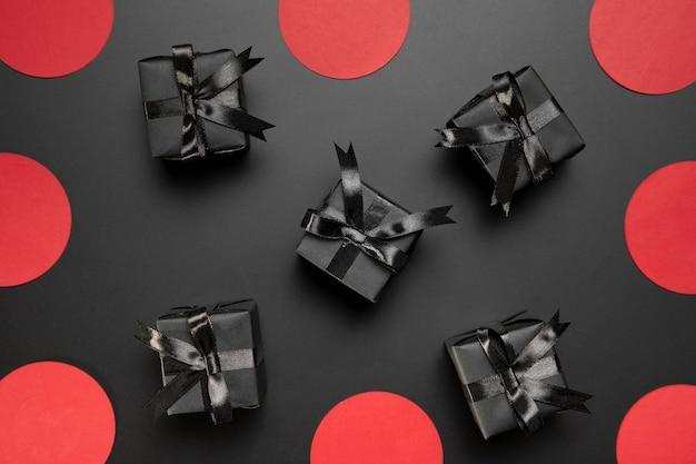Ассортимент черной пятницы с черными подарками