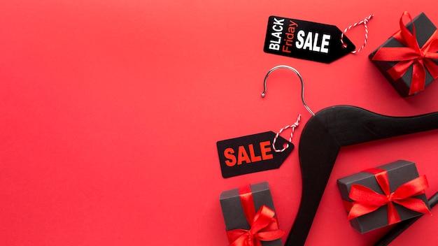 Composizione venerdì nero su sfondo rosso con spazio di copia