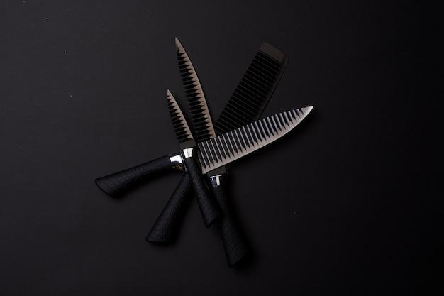 ブラックフライデーのコンセプトセットの鋭い包丁暗い背景に黒いナイフ