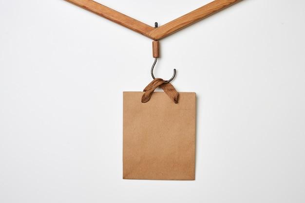 白い背景の上の布ホルダーにブラックフライデーのコンセプトのショッピングバッグ
