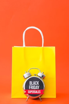バッグとアラーム付きのブラックフライデーコンセプト