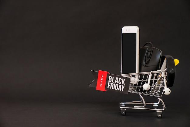 Концепция черного пятна со смартфоном в тележке и в пространстве