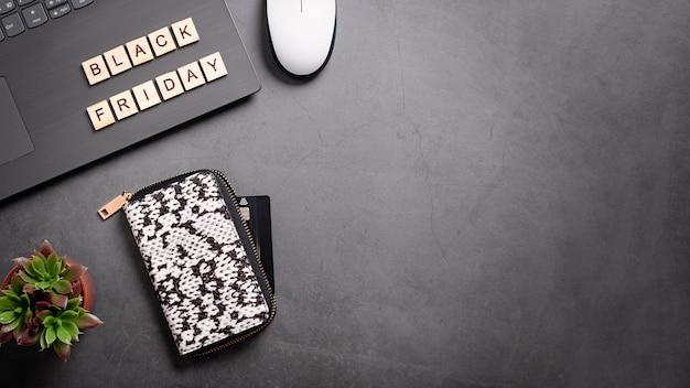 블랙 프라이데이 플랫 레이 웹 배너에는 지갑, 노트북, 즙이 많은 식물이 있습니다. 집에서 온라인 쇼핑, 안전한 쇼핑 개념, 상위 뷰