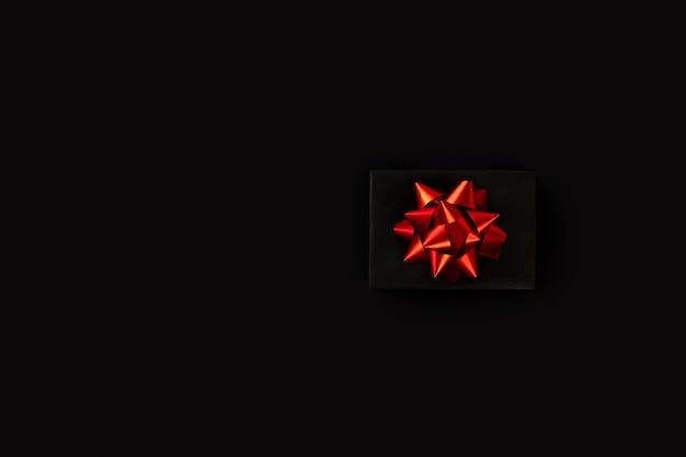 Черная пятница подарочная коробка с красной лентой