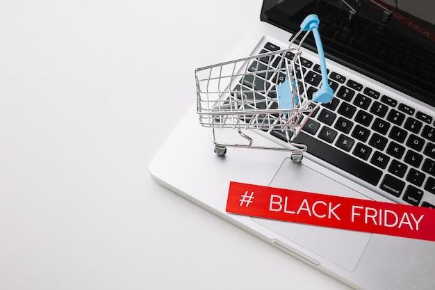 Черная пятница ноутбук и корзина с копией пространства