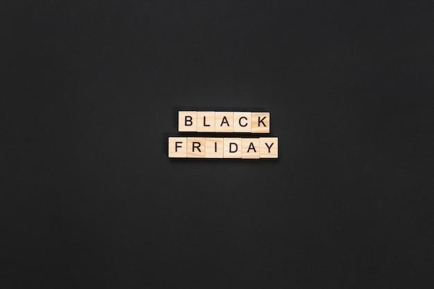 어두운 배경에 검은 금요일 글자 큐브