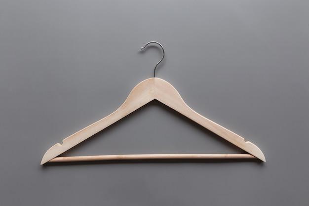 회색 배경에 검은 금요일 또는 의류 산업 개념은 하나의 고립 된 나무 옷걸이와 함께 누워