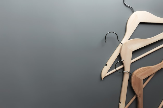나무 옷걸이와 회색 배경에 검은 금요일 또는 의류 산업 개념