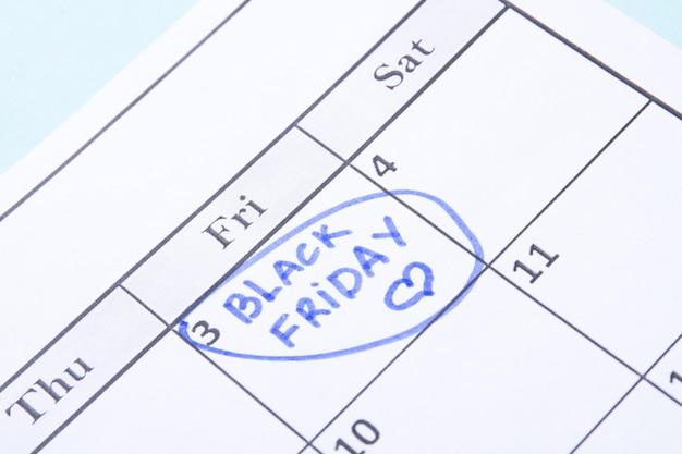 青いマーカーで囲まれたカレンダーカレンダー日のブラックフライデーのリマインダー