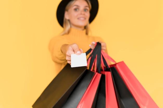 バッグを持つ黒い金曜日販売コンセプトぼやけ女性