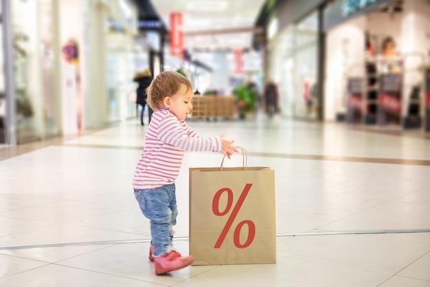 검은 금요일 판매 개념 친절한 쇼핑 작은 귀여운 아기 소녀의 성격과 함께 쇼핑