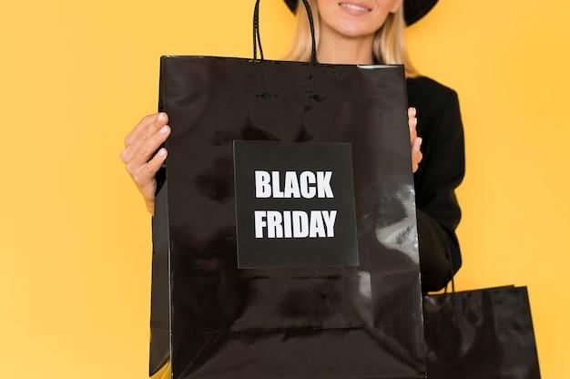 Черная пятница продажа концепции женщина и черная сумка