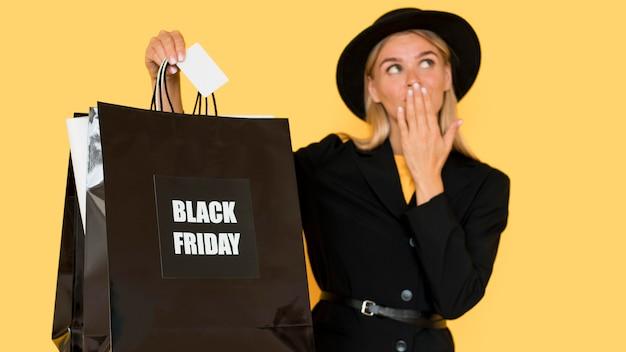 Черная пятница продажи концепции женщина, держащая хозяйственные сумки