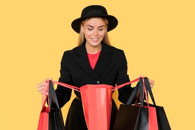 Donna di concetto di vendita venerdì nero che esamina una borsa