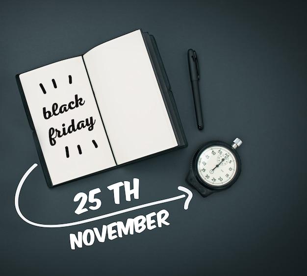 블랙 프라이데이 판매 - 휴일 쇼핑 개념 - 검정 메모장에 있는 텍스트