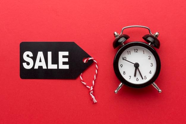 Disposizione di vendita del venerdì nero su sfondo rosso