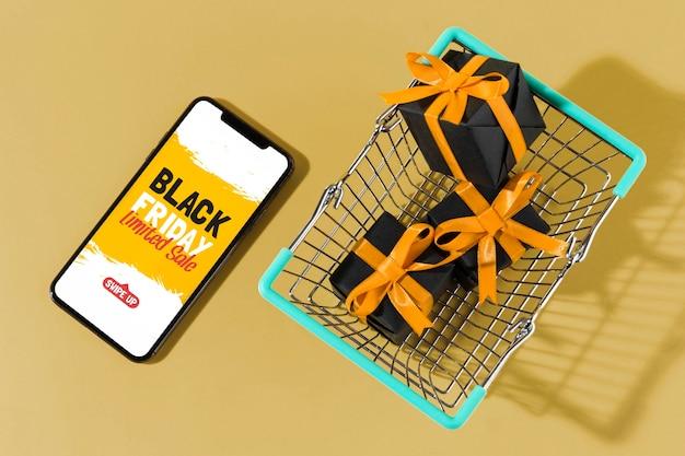 Распродажа в черную пятницу с тележкой для покупок и смартфоном
