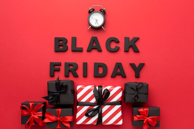 Composizione di vendita venerdì nero su sfondo rosso