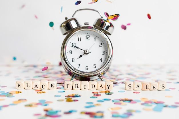時計付きの小さな立方体の黒金曜日の売上高