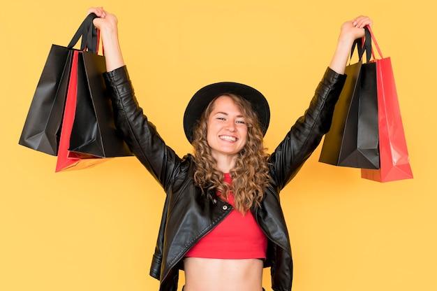 空気中の袋を保持している黒い金曜日ショッピング女性