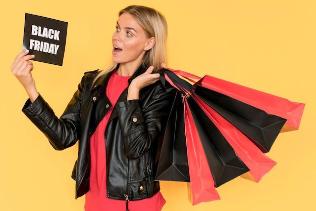 ブラックフライデーショッピング女性ミディアムショット