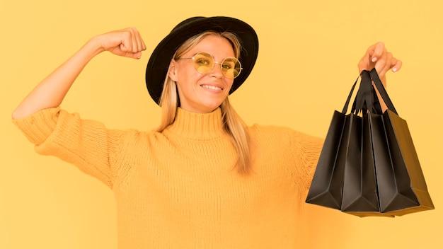 Черная пятница покупок женщина в очках