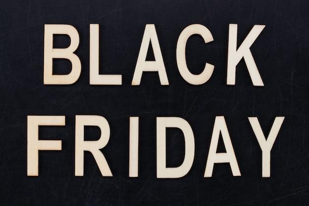 블랙 프라이데이 - 칠판에 나무 글자로 된 텍스트. 공간을 복사합니다.
