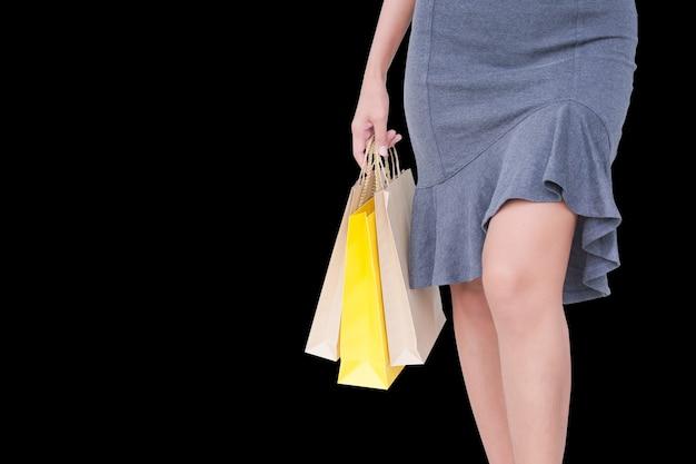 Концепция женщины черная пятница. обрезанное выстрел рука бумажный мешок. леди, делающая покупки