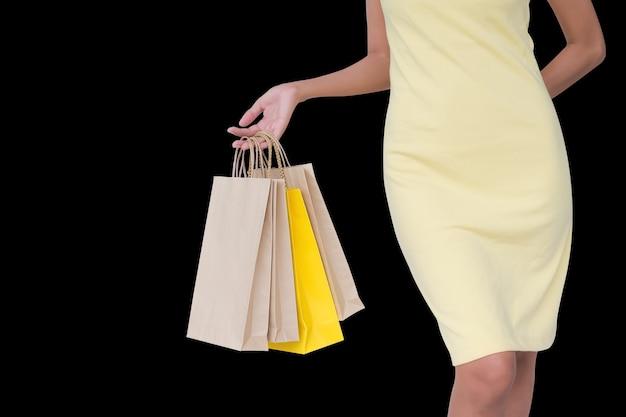 Концепция женщины черная пятница. обрезанный снимок рука держит бумажный пакет