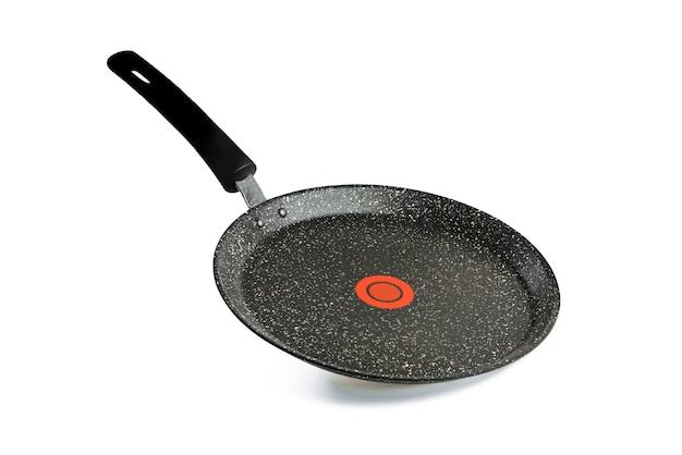 Черная сковорода на белом фоне сковорода с антипригарным покрытием и красной температурой я ...