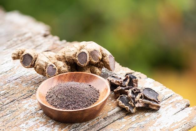 黒ガランガル根茎、自然表面の乾燥スライスと粉末。