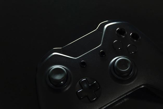 Черный игровой контроллер крупным планом