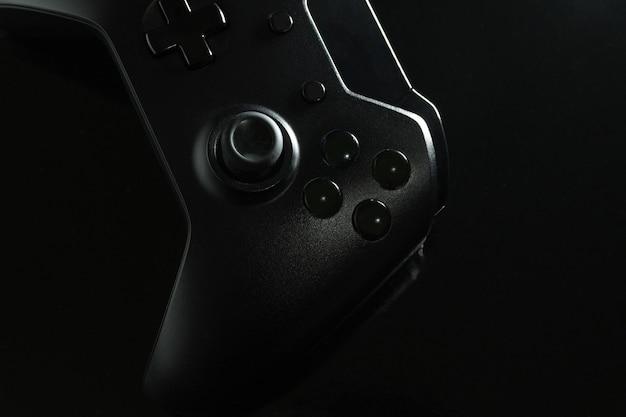 가까이보기에서 검은 색 게임 컨트롤러